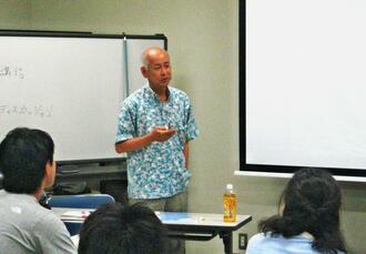 教師を目指す学生に旧暦による沖縄の世界観をを伝える崎山正美さん=西原町の琉球大学