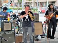 米軍ヘリパッド問題を音楽で DEEPCOUNTら沖縄県庁前で演奏