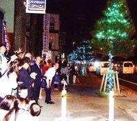 電飾きらめく街道/ぎのわんヒルズ通り 普天間三区−新城区/570球点灯 住民ら歓声