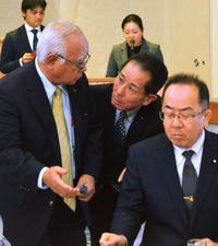 自民沖縄県連:照屋会長の辞意「保留」 先延ばしの背景は「人材不足」