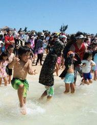 宣言後、海に飛び込む市民ら=宮古島市・与那覇前浜ビーチ