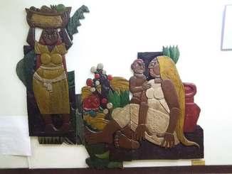 宝塚市内のギャラリーに保管されている儀間さんのレリーフ作品(岡理恵さん提供)