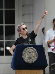 ニューヨーク市庁舎前のセレモニーで歓声を浴びるサッカー女子の米国代表のラピノー選手=10日(ゲッティ=共同)