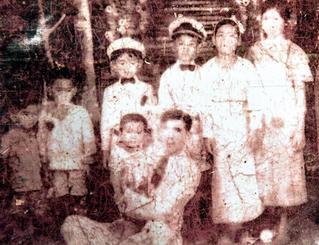 岸本ヤス子さんの父親(前列中央)ときょうだいらの写真
