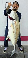 平敷屋漁港で95.5センチ、9.03キロのオニヒラアジを釣った名護宏史さん=12月24日