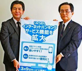 企業向けの生命保険をPRする川上康部長(左)と古謝聡調査役=3日、沖縄タイムス社