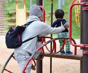 公園で遊ぶ親子=那覇市内
