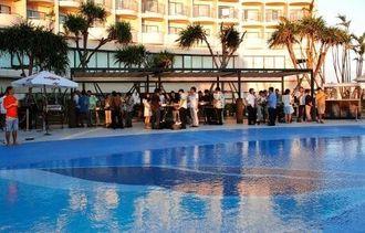 リニューアルオープンした「サンセットテラスパピヨン」で食事を楽しむ客=22日、ロワジールホテル那覇