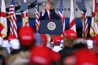 23日、米フロリダ州ペンサコラの選挙集会で話すトランプ大統領(ゲッティ=共同)