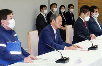 非常災害対策本部の会合で、あいさつする菅首相(中央)=30日午前、首相官邸