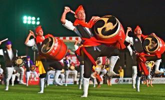 勇壮な演舞を披露した沖縄市諸見里青年会=16日、沖縄市・コザ運動公園陸上競技場(金城健太撮影)