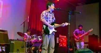 オキナワ移住地から参加したグループの演奏=サンタクルス市