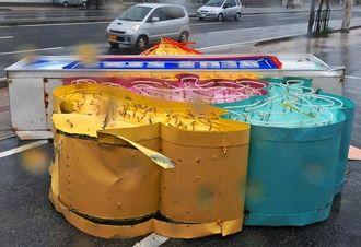 暴風で倒れたアイスクリーム店の看板=8日午後5時18分、浦添市牧港(国吉聡志撮影)