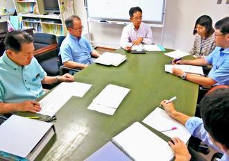 はしか患者の情報を共有するなど感染拡大防止に向けた対策を協議するため連日の会議を開く県保健医療部の担当者=17日、県庁