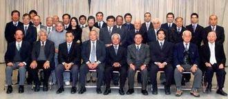 アルゼンチン沖縄県人連合会の新幹部メンバーら=ブエノスアイレス市