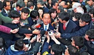 当確を決め、取材陣に囲まれ質問に答える渡具知武豊氏=4日午後10時33分、名護市大南の選挙事務所(下地広也撮影)
