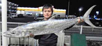 石川漁港で126.5センチ、10.7キロのサワラを釣った保栄茂大貴さん=4日