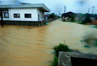 大雨で冠水した道路。伊是名村によると、約50~60センチの高さまで水につかった=6月16日、伊是名村伊是名(村提供)