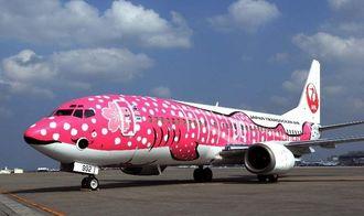 就航するJTAのジンベエジェット2号機「さくらジンベエ」=5日午前、那覇空港
