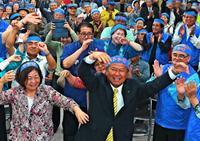 島袋さん歓喜「大差で信任」 決意新た「市民の夢、必ず実現」