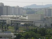 「校庭で銃を乱射する」と情報、米軍基地内の高校が臨時休校 沖縄