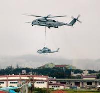 頭上通過「異常で怖い」ダイバーら驚き 米軍ヘリつり下げ