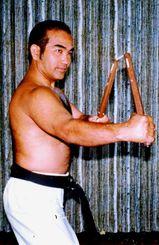 42歳のころ。ヌンチャク術で中段構えをとる仲本政博氏(提供)