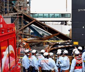 コンクリート製の梁(はり)が崩落した事故現場=26日午後0時40分、那覇空港(田嶋正雄撮影)