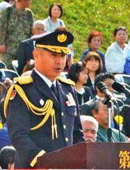 陸上自衛隊第15旅団の記念行事であいさつする原田智総旅団長=25日、那覇駐屯地
