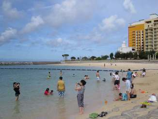 サメの目撃情報を受け禁止されていた遊泳が再開したサンセットビーチ=8日午前9時半ごろ、北谷町美浜