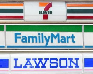 コンビニ各社の看板。上からセブン―イレブン、ファミリーマート、ローソン
