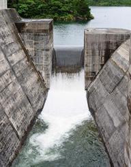 断続的に続く雨の影響でオーバーフローが続く名護市の羽地ダム=24日午後4時ごろ(吉川毅撮影)