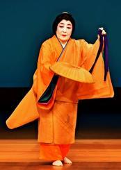 創作舞踊「風の詩」でしっとりとした舞を披露する志田房子さん=4日、浦添市・国立劇場おきなわ