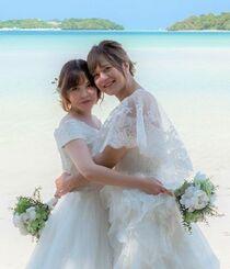 LGBTカップルモデルとして、ウエディングドレス姿で撮影に臨む安里ミムさん(左)とみーちゃん=3月、石垣市内(ONESTYLE提供)