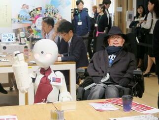 ロボットが接客するカフェを視察する、れいわ新選組の舩後靖彦参院議員=21日午後、東京・大手町