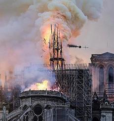大規模な火災で炎上し、崩れ落ちるノートルダム寺院の尖塔=15