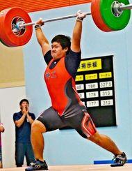 94キロ級 ジャーク3回目で、145キロを挙げる沖縄工の請舛泰俊=明石中央体育会館(東江菜穂撮影)