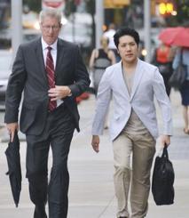 留学先のロースクールに通学する小室圭さん(右)=2018年8月、米ニューヨーク(共同)