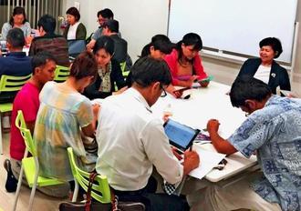 勉強会で副業やお金について学ぶ会員ら=那覇市・プラカフェ(同社提供)