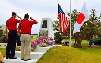 記念碑に献花する退役軍人会の会員ら=伊江村川平・アーニーパイル記念碑広場