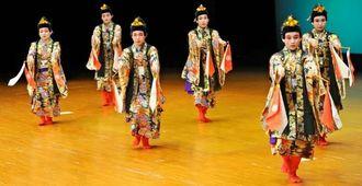 華やかな衣装で「若衆ぜい」を踊る子どもたち=30日午後、沖縄市民会館