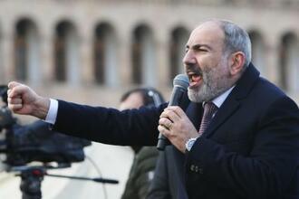 首都エレバンで支持者に訴えかけるアルメニアのパシニャン首相=25日(タス=共同)