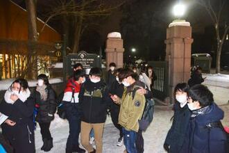 大学入学共通テストの2日目を終え、マスク姿で会場を後にする受験生ら=17日午後、札幌市の北海道大