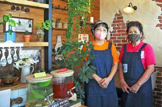 「石垣島の食材を食べてほしい」と話す店主の新里美津枝さん(左)と母の比嘉政子さん=25日、石垣市新栄町
