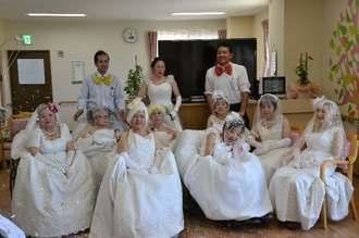 ウエディングドレスに身を包んだ女性たち=2日、那覇市真嘉比の琉球の街