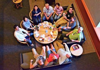 メンバーの和気あいあいとした昼食風景。上列左から3人目が貝沼真美博士、7人目がアンナ・ポロホロヴァ博士(OIST提供)