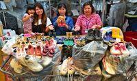 沖縄の母と娘が集めた靴は110足! フィリピンの子どもたちに贈る