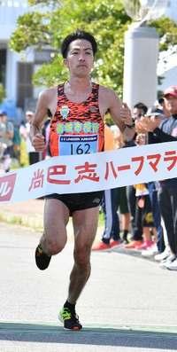 大会初出場の濱崎が優勝 女子は古賀 尚巴志ハーフマラソン