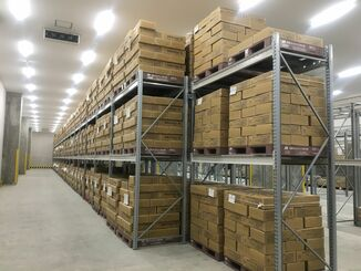 倉庫に保管されている約1千トンの黒糖(那覇港総合物流センター、県黒砂糖工業会提供)