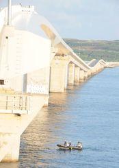 男性が転落した伊良部大橋。直下では海上保安庁の職員がボートで捜索をした=4日午前6時55分、宮古島・伊良部大橋